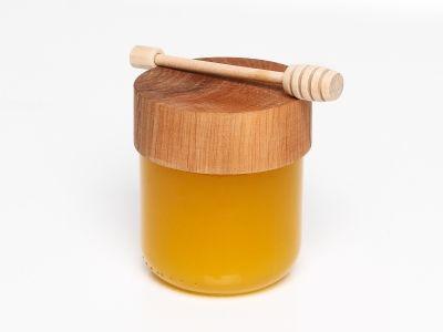 Мед в баночке с деревянной крышкой